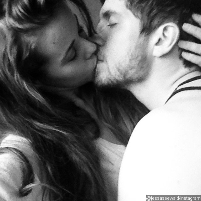 Jessa Duggar kisses husband